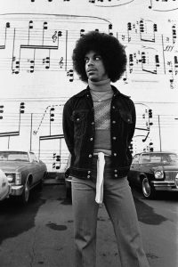 Prince devant le mur du Schmitt's Music Store de Minneapolis. © Robert Whitman, extrait de Prince Pre Fame (NJG Publishing)