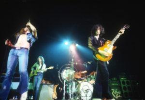 Los Angeles, 25 juin 1972 : Robert Plant, John Paul Jones, John Bonham et Jimmy Page en direct de la scène du LA Forum. « Hey, hey mama said the way you move, gon' make you sweat, gon' make you groove... » Photo : Jeffrey Mayer