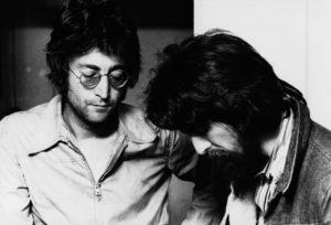 John et George en train de se demander comment Paul peut-il dormir...