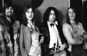 Boz Burrell, basse électrique, Mick Ralphs, guitare électrique, Paul Rodgers, chant, Simon Kirke, batterie : ladies and gentlemen, please welcome Bad Company