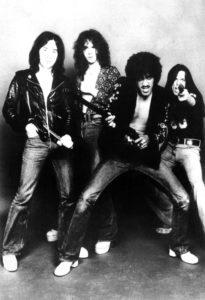 """Extrait du tour book de la tournée """"Fighting"""" : Brain Downey, Brian Robertson, Phil Lynott et Scott Gorham, les fines gachettes."""