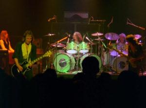 Starrider, featuring Dennis Elliott ET Lou Gramm à la batterie !
