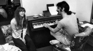 Quand Frank jouait un petit air pour sa femme Gail. Photo : X/DR