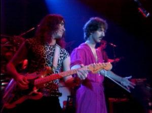 Stevie Vai le « little italian virtuoso » et son découvreur Frank Zappa sur la scène du Palladium.